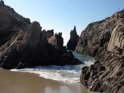 rocas-playa-maruata-michoacan